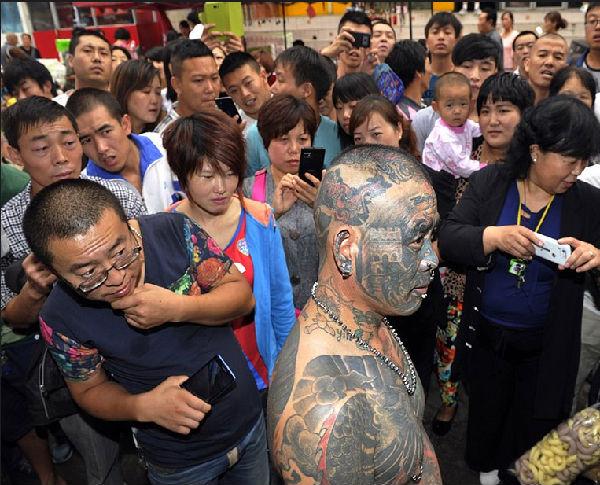 """""""中国纹身第一人""""现太原街头"""