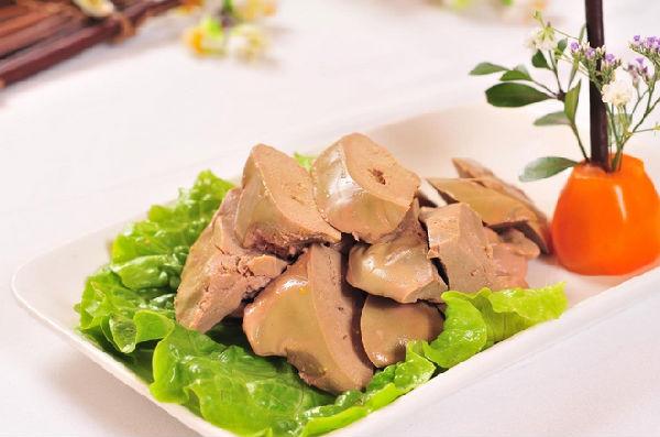 对动物肝脏的误区 误区一:越来越多的食客会认为动物的肝脏和人体的肝脏一样是排毒的器官,自然是毒素富集最多的地方。吃了后,反而会引起食物中毒,所以干脆一点肝脏都不会吃了。 误区二:很多食客还会认为肝脏中含有大量的胆固醇吃了会使胆固醇升高。因为时下里,好像和胆固醇一旦拉上关系的食物大家都会退避三舍,导致这部分朋友也不会去触碰动物的肝脏。 误区三:觉得肝脏既营养又明目,味道美味。就会肆无忌惮的大量去食用 各种误区围绕着该吃还是不该吃?吃了要如何吃更安全?等让人纠结的问题。在这纠结的问题下就出现了这样几种声音: