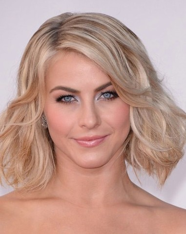 上紧下蓬松的梯形发型同样在颧骨两边头发才向外侧分散开,三七