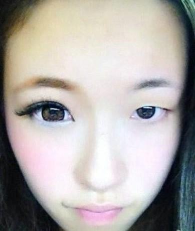 日本女孩半颜妆网络走红