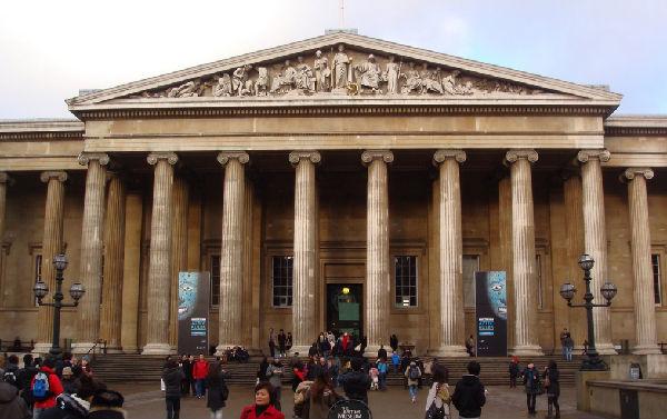 像大英博物馆文化博文排行那样,几乎所有盎格鲁撒克逊风格的公共建筑,都会提供一种巨大的体量和尺度。澳大利亚新南威尔斯州立图书馆的藏书室亦是如此。它的阅览室像一座小型的室内广场,四周被抵近天花板的高大书架所环绕,那些精装图书散发出几数个世纪前的古旧气息,大量的知识和被废弃的字母堆积在迷宫般的书架上,承受着岁月的漠视。它们的黯黄色面容隐匿在书架的阴影里,从那里眺望着星移斗转的宇宙。我曾经花费了三周时间在那里查看100年前澳大利亚唐人街中文报纸的缩微胶卷。管理员小姐衣着时尚,拥有一头金发和剪裁得体的黑色衣裙,她的