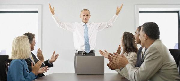 这些关键的管理与领导技能称为黄金技能,它们分别是: 拓展下属的工作能力,包括给他们提供培训和授权。 积极主动地倾听员工的心声。 给予并接受员工的反馈。 激励团队成员。 据今日国内新闻了解,另一种成功走上管理岗位的方法是,学会享受管理工作的乐趣,享受你能对其他人施加的积极影响。为什么不最大限度地发挥管理者的作用呢?很多意外型经理人都发现,当他们开始享受工作的乐趣,并意识到管理工作的重要性时,所有的问题都不存在了。有过这种经历的经理人告诉我,这种体验使他们的工作变得更轻松、压力更小了,以出乎自