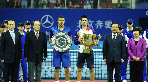 塞尔维亚名将德约科维奇在当日进行的2012中国网球公开赛男子单打决赛中击败法国名将特松加