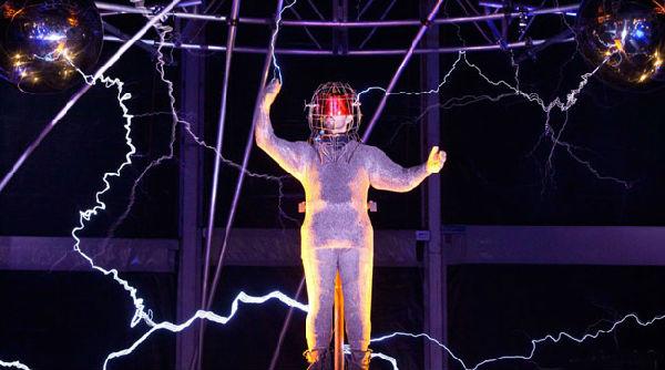 美国魔术师连续三天接受百万伏特电压电击