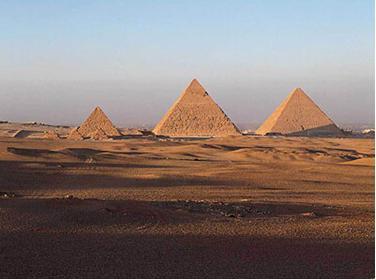 美艺术家40万油桶建世界最大平顶金字塔