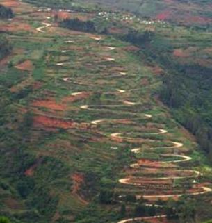 公路底下穿过去,这儿有一个村庄,叫小坡脚,从这儿向右沿一条不太显眼
